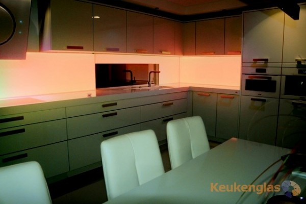 keuken achterwand met ledstrip in delfgauw keukenglas. Black Bedroom Furniture Sets. Home Design Ideas