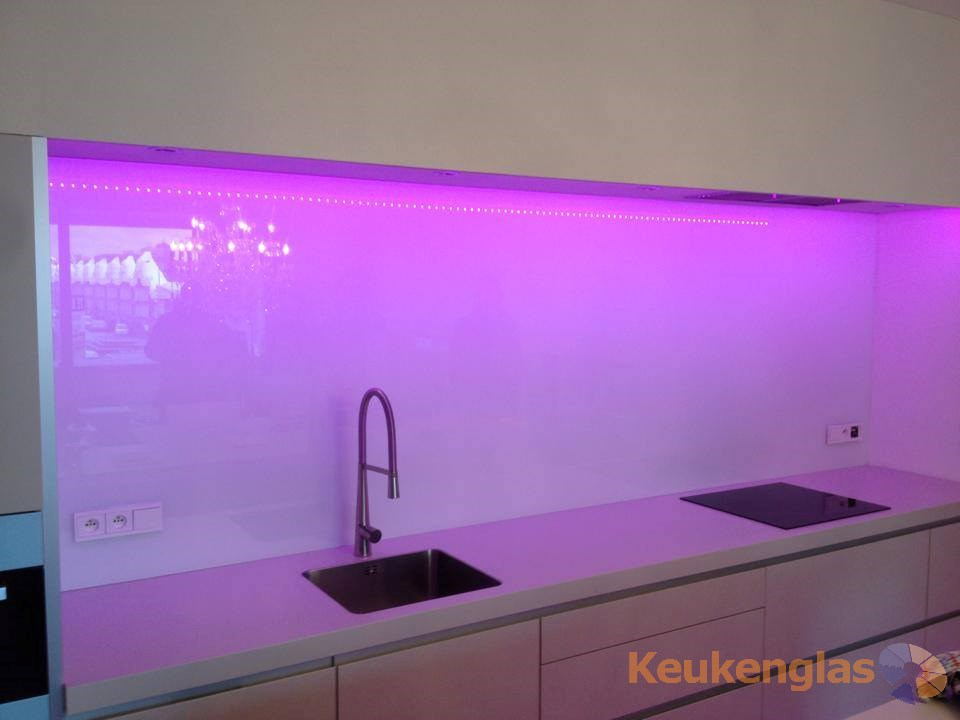 roze led verlichting keuken achterwand keukenglas. Black Bedroom Furniture Sets. Home Design Ideas