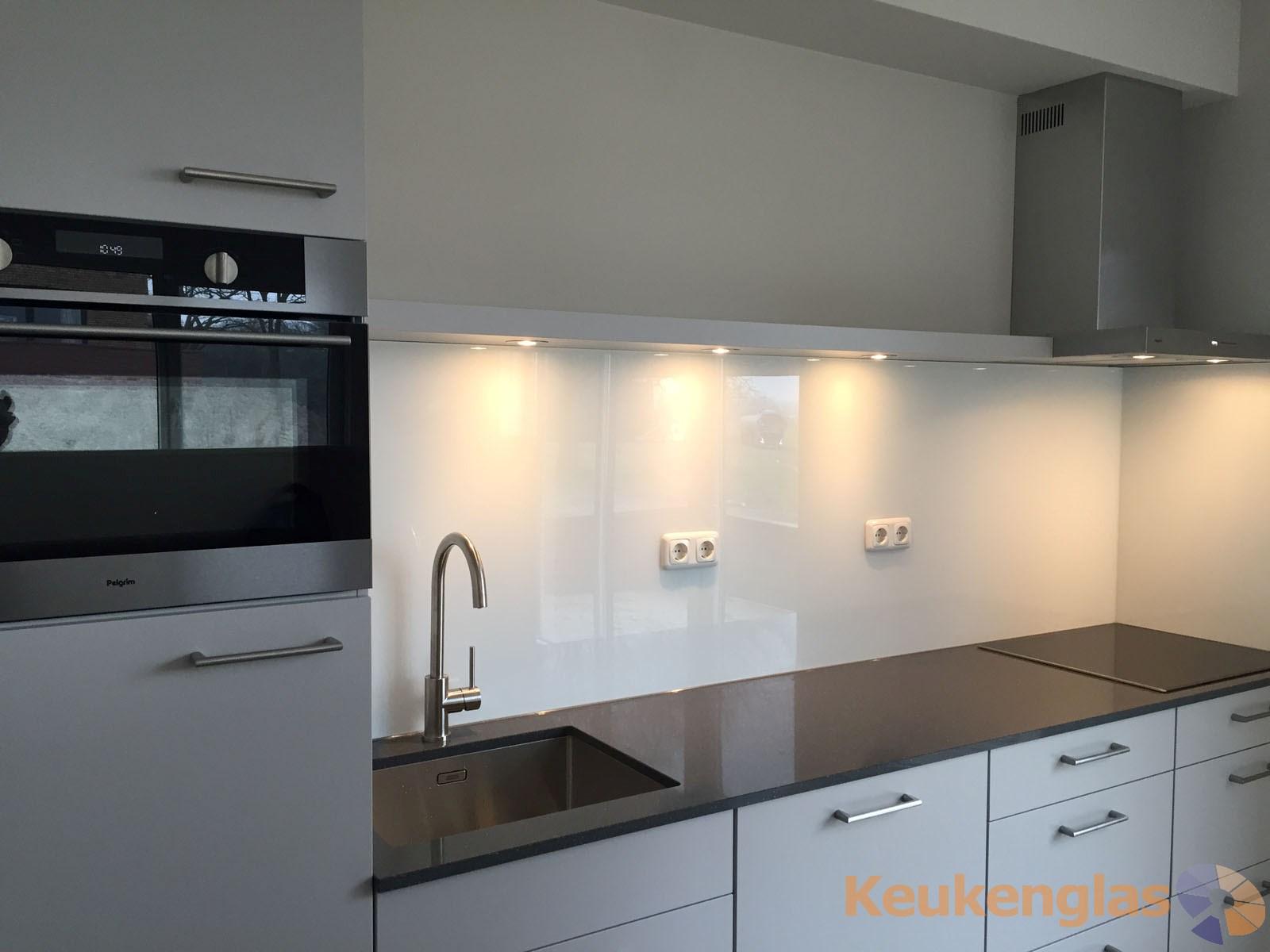 Moderne witte keuken   keukenglas