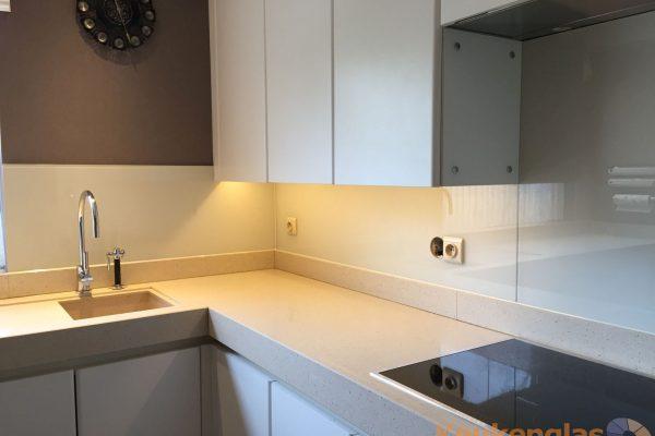 Witte glazen keuken achterwand