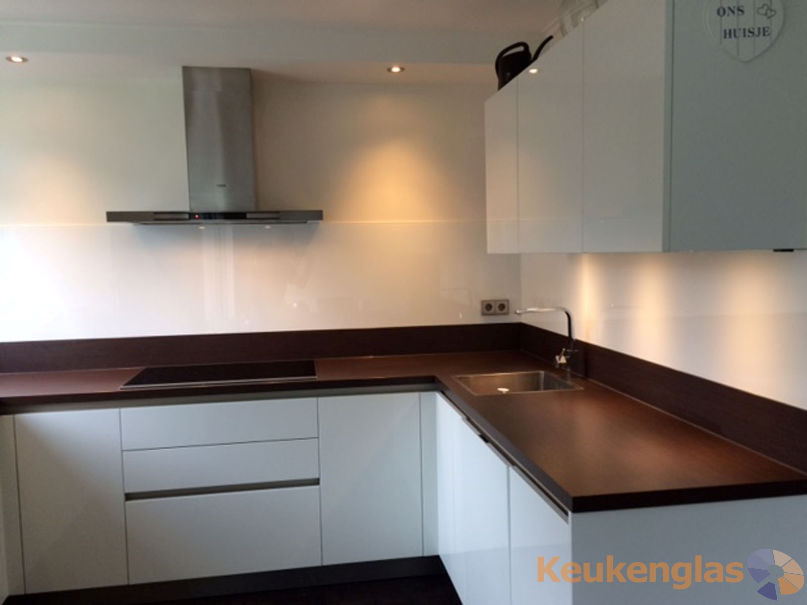 Witte keuken achterwand van glas in dordrecht keukenglas - Keuken wit en groen ...