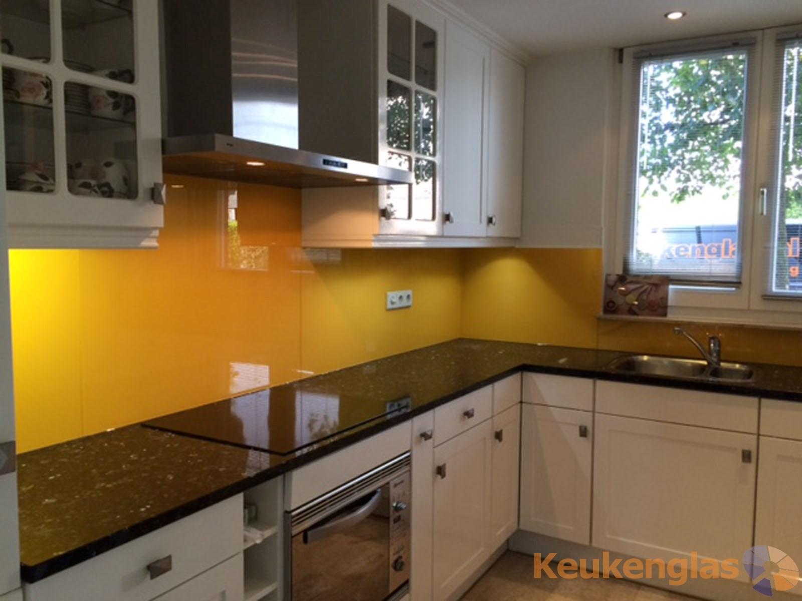 Gele keuken glaswand in helmond   keukenglas