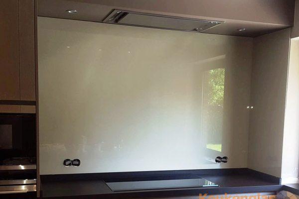 Houten keuken met witte glaswand