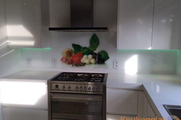 Witte glazen keukenwand met afbeelding diverse ingredienten