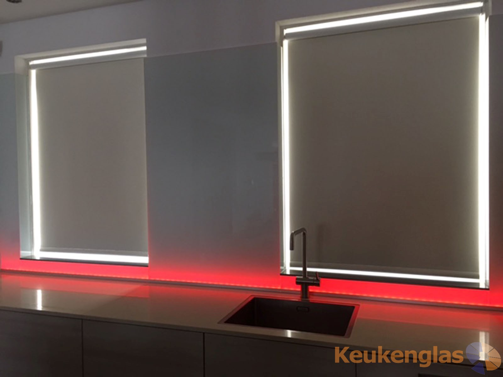witte-keukenwand-met-rood-led-almere