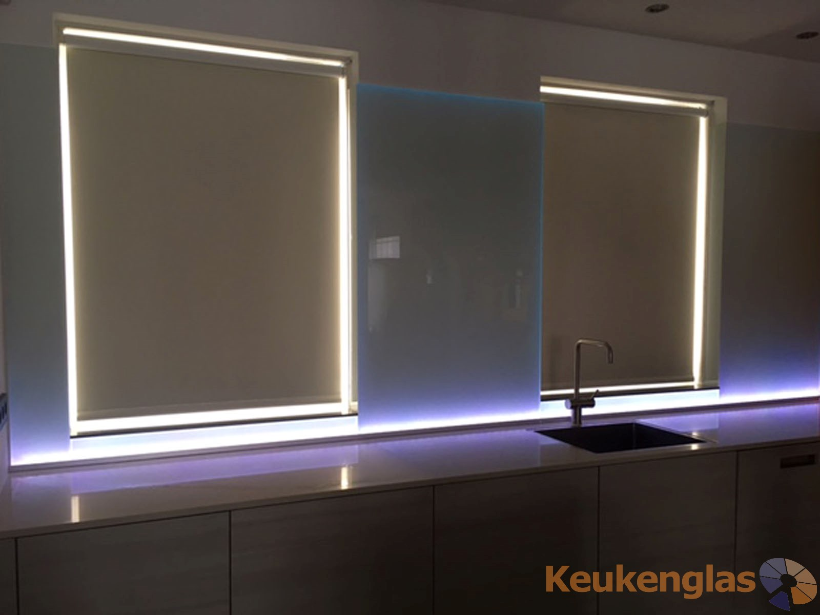 witte-keukenwand-met-wit-led-almere