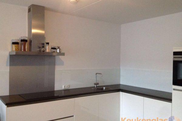 Keukenwand wit met metallic glas Tilburg