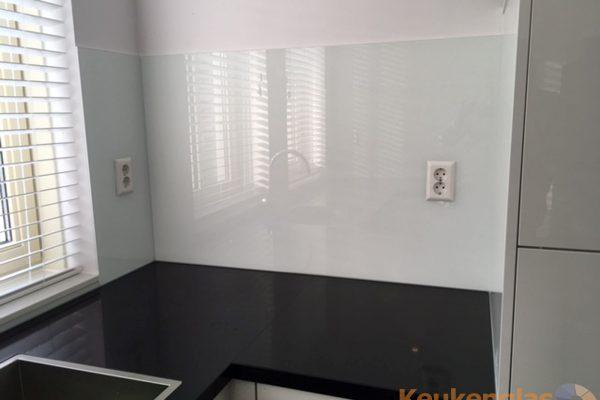 Witte glazen achterwand in keuken Den Haag