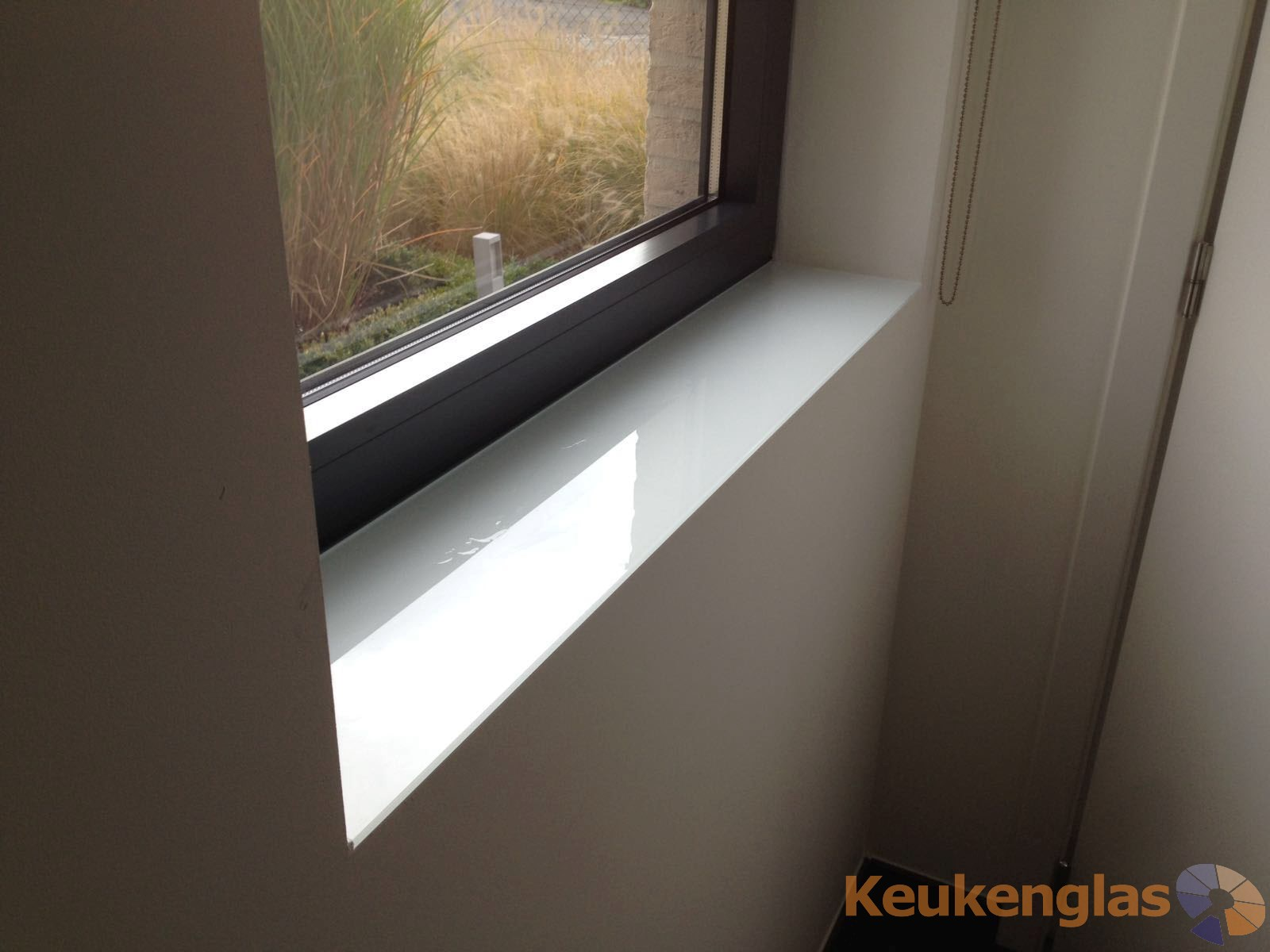 Vensterbank bekleed met wit glas