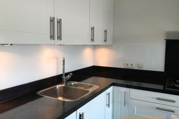Zwart met witte keuken achterwand glas in Waalre