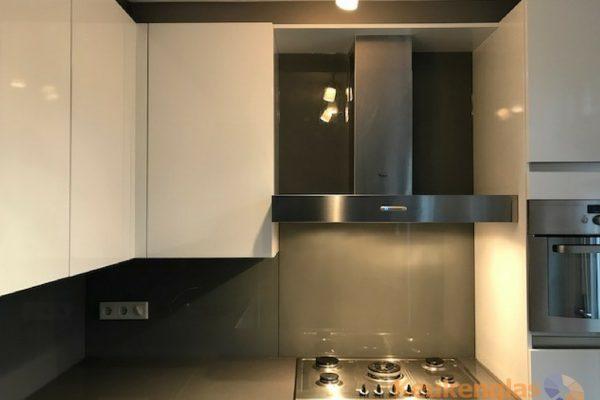 witte keuken metallic achterwand renovatie